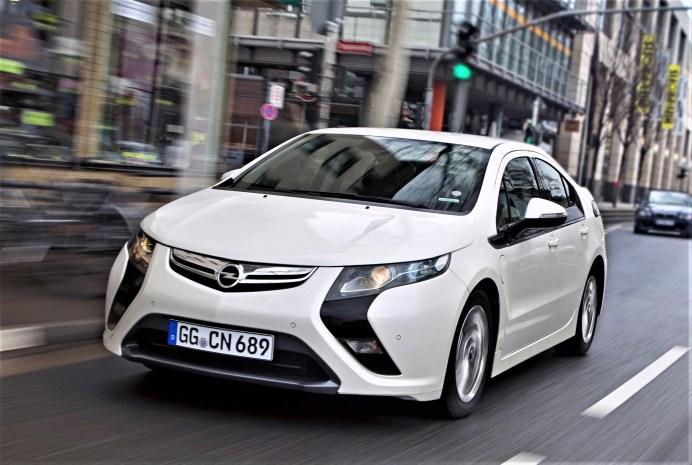 Breite Spur und kraftvolle Anmutung ließen den Ampera dynamisch wirken. @ Opel