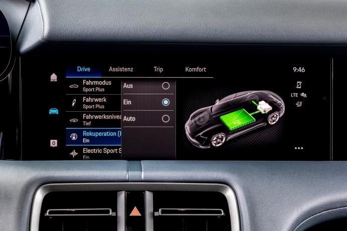 Über das zentrale Display lassen sich die unterschiedlichen Fahrmodi einstellen. Bei Sport Plus gibt es einen knackigen Sound obendrauf. © Porsche