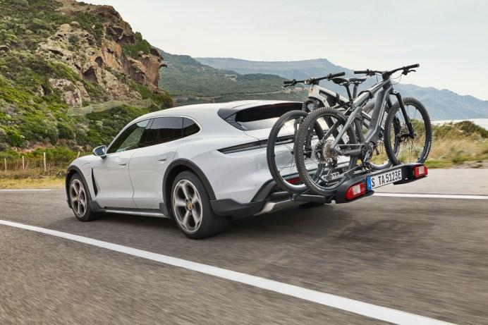 Speziell für den Taycan Cross Turismo hat Porsche einen Heckträger für bis zu drei Fahrräder entwickelt. © Porsche