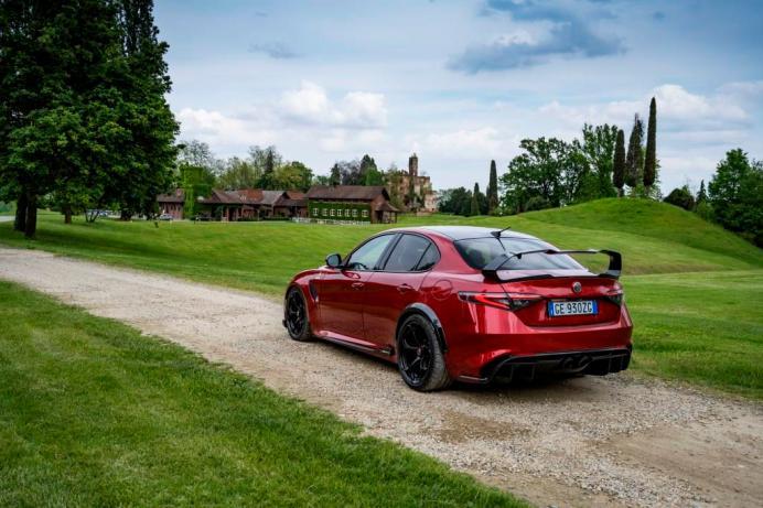 Ein voluminöser Heckspoiler sorgt für ausreichend Anpressdruck an der Hinterachse. © Alfa Romeo