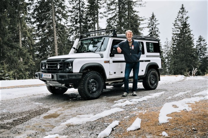 Erfolgreicher Härtetest in den Alpen: Jim Ratcliffe an einem Prototyp des Ineos Grenadier. Foto: Auto-Medienportal.Net/INEOS