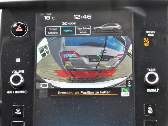 Ein roter Balken warnt deutlich im Bild der Rückfahrkamera auf dem Touchscreen. © Karl Seiler