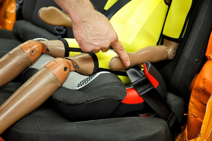 Der ADAC hat in seinem Frühjahrstest 26 Kindersitze geprüft, darunter auch Sitzerhöher. Sie sind kein vollwertiger Ersatz. Beim Kauf sollte auf das Material und die Hörnchen für die Gurtführung geachtet werden. © ADAC