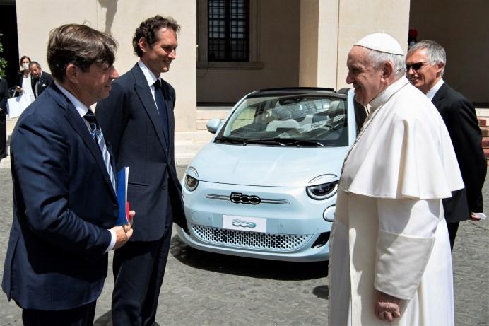 Die Delegation von Stellantis mit Chairman John Elkann, Stellantis CEO Carlos Tavares und Olivier François, CEO der Marke Fiat, im Gespräch mit Papst Franziskus. Foto: Stellantis