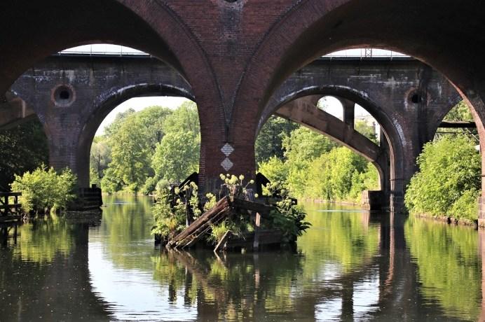 Eine Bootsfahrt auf der Brda lässt besondere Perspektiven auf Bydgoszcz und die älteste Brücke des Flusses zu. © Kurt Sohnemann