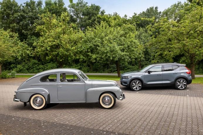Urahn und Enkel: 75 Jahre trennen die Volvo-Modelle PV444 und XC40 Recharge Pure Electric. © Thorsten Weigl / Volvo