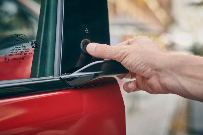 Die Tür öffnet auf Knopfdruck. © Ford