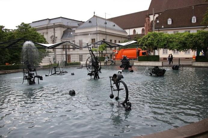 Der Fasnachtsbrunnen inmitten der Stadt ist 1977 zum Tinguely-Brunnen geworden, den gleichnamiger Künstler mit beweglichen Exponaten bestückte. © Kurt Sohnemann