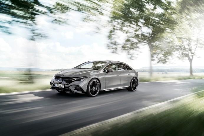 Business-Class: Der EQE ist im Prinzip ein leicht komprimierter EQS mit etwas kürzerem Radstand, kürzeren Überhängen und stärker eingezogenen Flanken. © Daimler