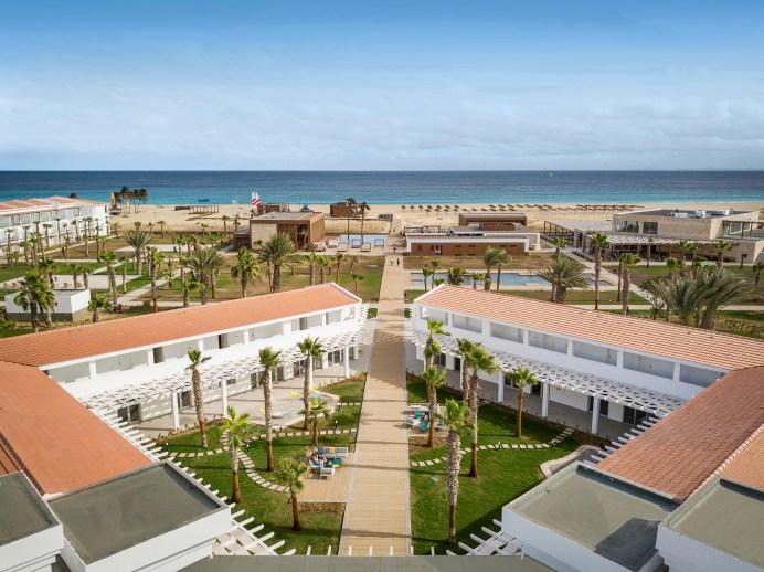 Der Robinson Club Cabo Verde hat sich seit der Eröffnung im Dezember 2019 bereits als Surfer-Liebling etabliert. Der Adults-Only Club mit direkter Lage am breiten, weißen Sandstrand ist zudem der Place-to-be für erholungsuchende Paare und Alleinreisende. © TUI