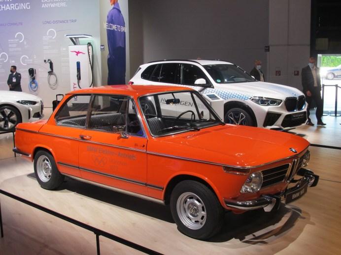 Fast 50 Jahre Elektro-Antrieb bei BMW verkörpern der Olympia-1602er von 1972 und der X5 mit Brennstoffzelle. © Karl Seiler
