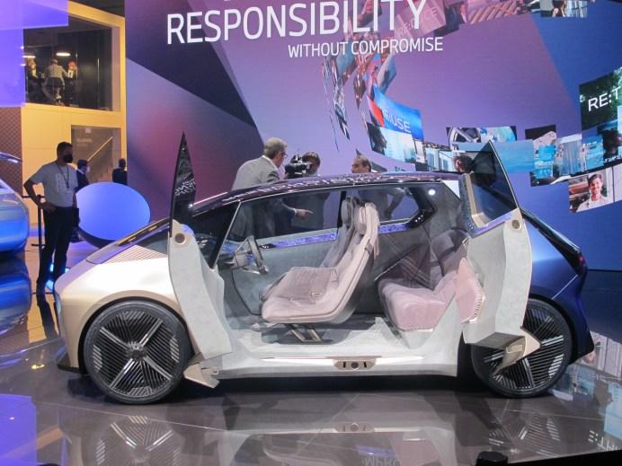 Vollständig aus recycelten Materialien soll der BMW i Vision Circular mit gegenläufig öffnenden Türen gefertigt werden. © Karl Seiler