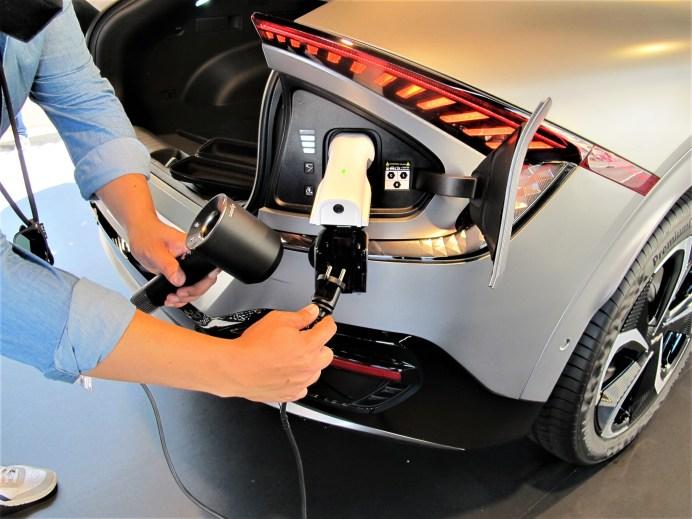Am Heck des Kia EV-6 GT ist die Ladebuchse als Steckdose mit 230 Volt Spannung und 3,6 kW Leistung nutzbar. © Karl Seiler