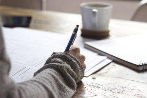 Frau erstellt relevante Inhalte am Schreibtisch