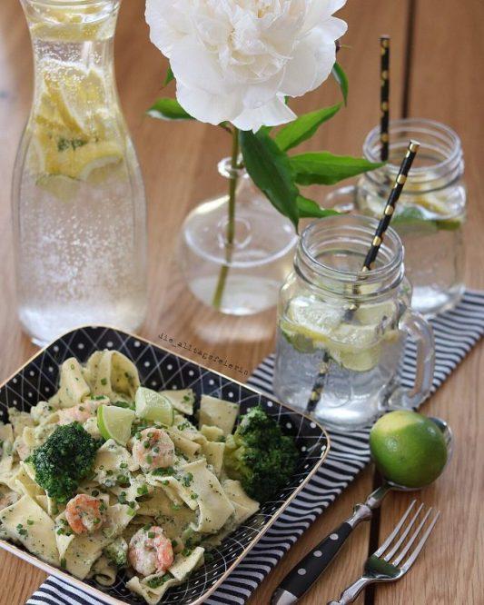 Wochenplan, Speiseplan, Essensplan, Freebie,Hier, jetzt, so: Pasta basta, mit Limonen, Schnittlauch und Garnelen . * Noch Fragen? Rezept? Klar ist schon auf dem Blog, diese Pasta war mein allererster Kochquicky für euch . * Mit am Start: Madame Wanderpfingströschen, die ihren Job sehr ernst nimmt . * Ich wünsche euch einen feinen Nachmittag, bis später #mittagessen #lunch #limonenpasta #pasta #garnelen #nudeln #inmykitchen #ausmeinerküche #brokkoli #pfingstrose #ilovefood #eatanddrink #foodpics #foodphotography #foodstyling #ichliebefoodblogs #foodgasm #foodstagram #instafood #water #f52grams #foodie #foodblogger #familienessen #nothingisordinary #simplethingsmadebeautiful #diealltagsfeierinblog #alltagsfeierei #druckrauslebensfreuderein #diealltagsfeierin