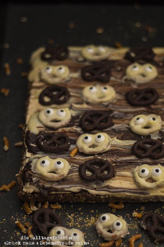 Liebster Award,Halloween, Spooky Brezel-Schoko-Tarte, Geister, Schokokuchen, Schokoladenkuchen, Erdnusscreme, Erdnuss, Schokoladen-Erdnuss-Kuchen, Salzbrezeln, weiße Schokolade, Zartbitterschokolade, Nachtisch, Dessert, Kuchen aus dem Kuehlschrank, Brezeln