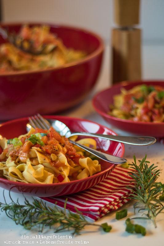 Wochenplan, Speiseplan, Essenplan, Speiseplan KW 39/18, Freebie Speiseplan,Pasta, vegetarisches Pastarezept, Pasta mit Paprika-Fruehlingszwiebeln-Tomatensoße, Paprika, Schmelzkaese, Fruehlingszwiebling, spicy, Cayennepfeffer, Tomaten, kochen, Pastarezept, Familienküche, Ü40 Blogger, Kinderessen, Nudeln, vegetarisches Nudelrezept, leichte Kueche, frisch kochen