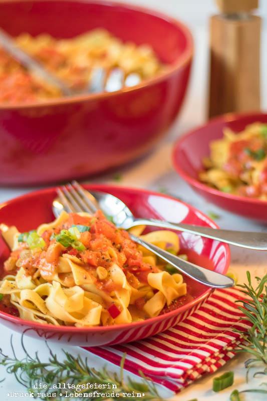 { REZEPT } * käsecremige Pasta mit Paprika-Frühlingszwiebel-Tomaten-Rahm *
