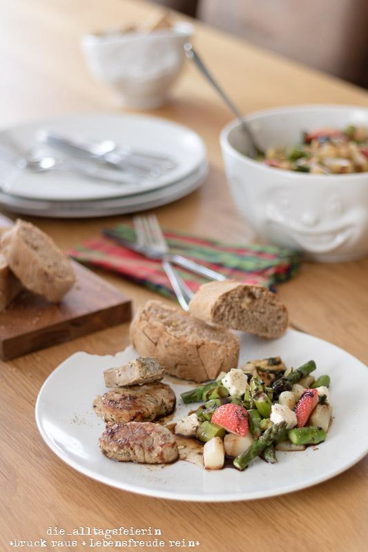 {Werbung / Gewinnspiel } Bunter Spargel-Erdbeer-Salat mit Walnussbaguette