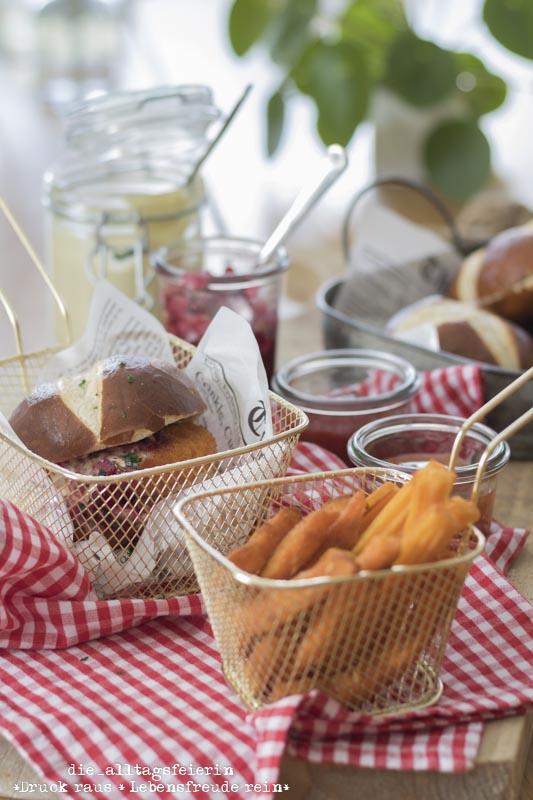 Huettenburger, Burger, Veggie-Burger, Suesskartoffelpommes, Suesskartoffeln, Camembert, Dips, Laugenbroetchen, Honig-Senf-Soße, Wildpreiselbeeren, diealltagsfeierin.de, ue40, Familienkueche, Pommes