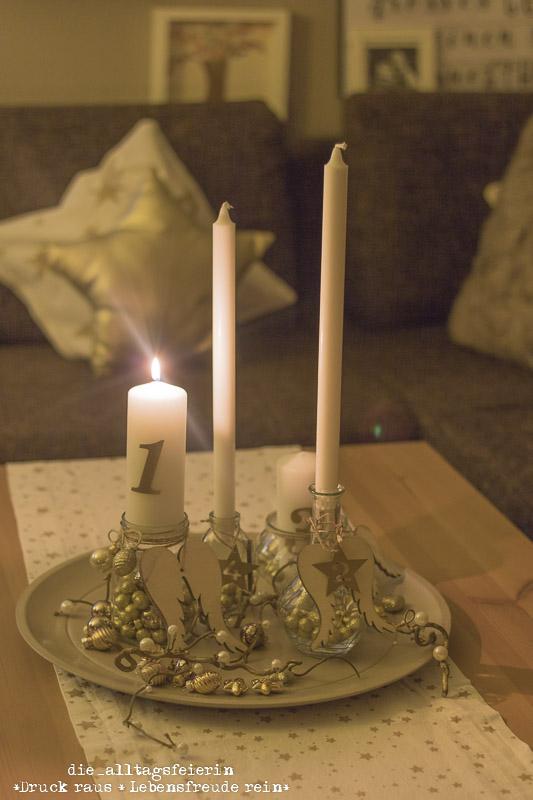 Adventskranz, Adventsteller, Adventskranz-Idee, DIY Adventskranz, Gold, Weihnachtsdeko, weihnachtliches Dekorieren, einfaches Weihnachts-DIY, Dekorieren mit Naturmaterialien, Upcycling, Glaeser upcyclen