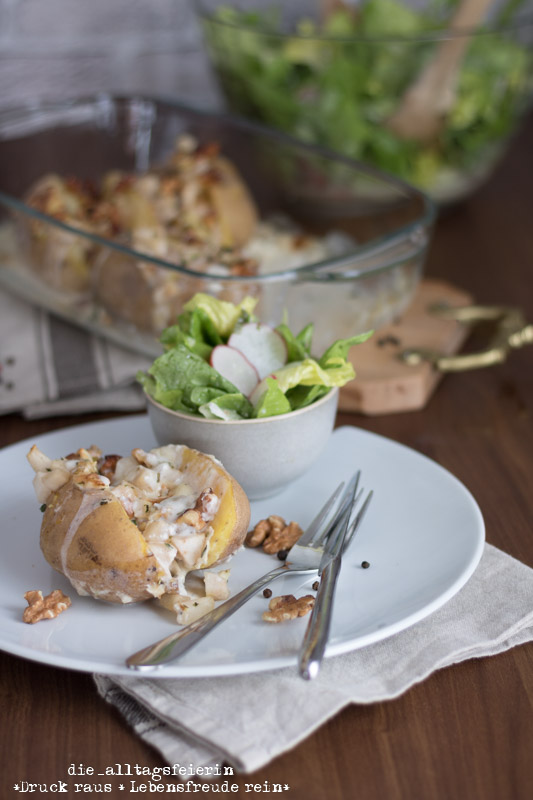 Wochenendfeierei, Wochenglückrückblick,Speiseplan KW 12-19, Ofenkartoffeln, Ziegenkaese, Birne, Walnuesse, Kartoffeln aus dem Ofen, Ofenkartoffeln 2.0, gefuellte Ofenkartoffeln, Salat, mit Kaese ueberbacken, kochen & genießen, diealltagsfeierin.de,