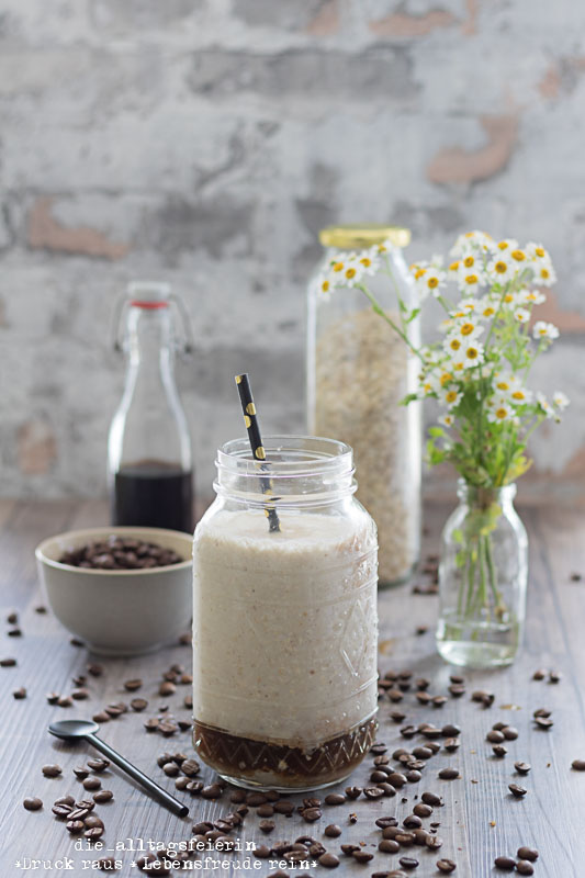 Cold Brew, Cold Brew Kaffee, kalter Kaffee, Cold Brew Smoothie, Bananen-Kaffee-Smoothie, Kaffee-Smoothie, Smoothie, Cold Brew Rezepte, Cold Brew Varianten, Cold Brew mit Kokosmilch, diealltagsfeierin.de, gesundes Frühstück, Frühstück to go