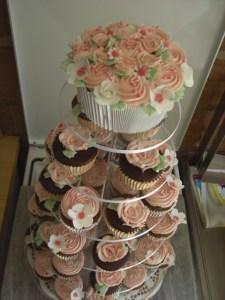 Hochzeitscupcake XXL mit passenden Cupcakes
