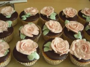 Cupcakes mit Rosenblüten