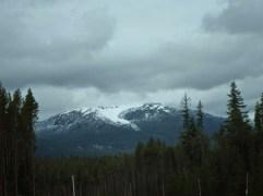Auf den Bergen ist noch Schnee
