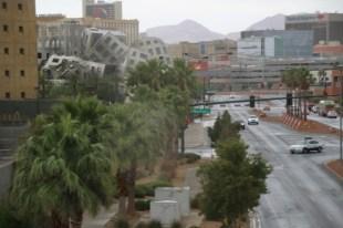 Der Metallwürfel ist vom gleichen Architekten wie die Disney Music Hall in LA und beherbegt ein Krankenhaus