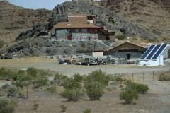Haus gebaut an den Felsen