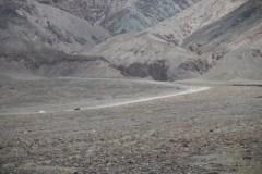 Sandstraße, man erkennt mit den Autos so halbwegs die Dimensionen der Berge