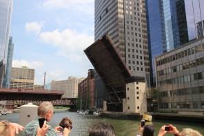 Hebebrücke damit Segelboote in den Michigan See können
