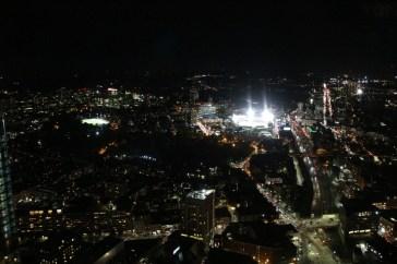 Die Scheinwerfer beleuchten das Fenway Park Stadion