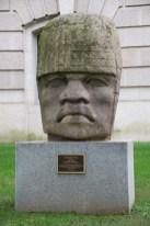 Colossal Heard der Olmoc Kultur vor dem Naturkundemuseum