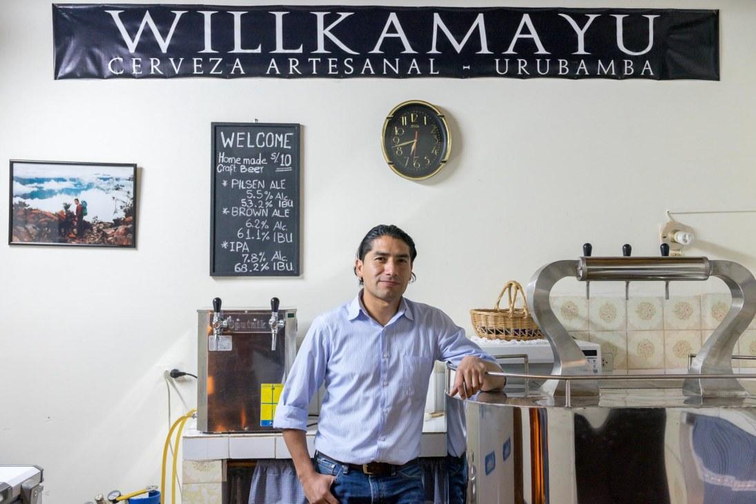 Darío ha convertido su cocina en una mini planta de cerveza, y su casa en una suerte de show room de Willkamayu y museo de su familia.