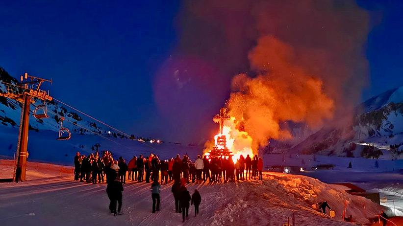 Vor dem Hotel Das Seekarhaus wird alljährlich am Karsamstag das Osterfeuer von Obertauern entfacht. Foto: Hotel das Seekarhaus