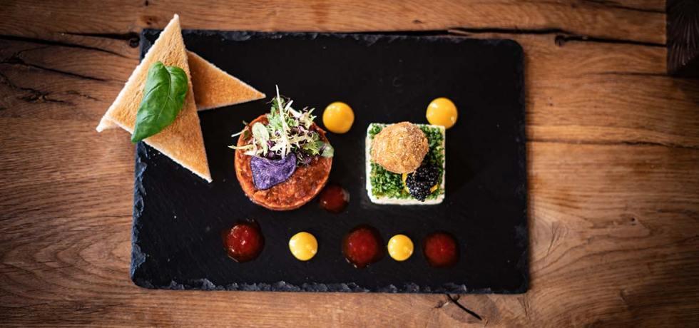 "Beef Tatar à la Seekarhaus. Rezept für ""Beef Tatar à la Seekarhaus"" nach dem Original des Fünf-Sterne-Hotels Das Seekarhaus in Obertauern. Foto: Seekarhaus"
