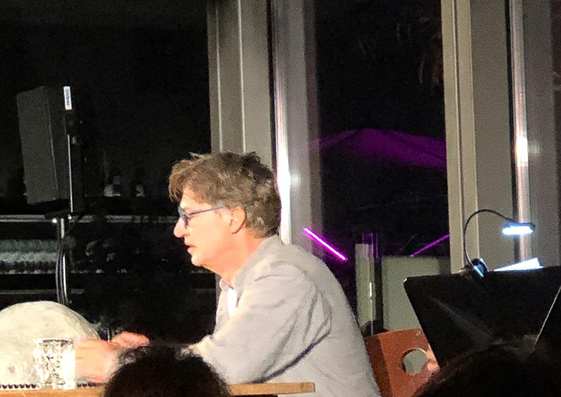 """Ein als """"grantelnder Wirt"""" überzeugender Tobias Moretti bei der Uraufführung von Albert Obermaiers Theatermonolog """"Zum Sisyphos. Ein Abendmahl."""" am 12. August im Salzburger Restaurant M32."""