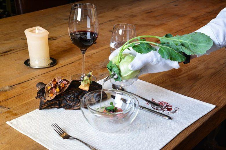 Im Fünf-Sterne-Haus Das Seekarhaus wird die ausdrucksstarke Kombination von Tauernlamm mit Grüll-Kaviar, Bio-Eigelb und fermentiertem Kohlrabisaft kredenzt.
