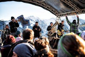 Locations mit Panoramablick mitten im Skigebiet, Line Ups vom Feinsten und rund 6.000 Besucher läuten beim BERGFESTival vom 6. bis 8. Dezember 2ß19 in Saalbach Hinterglemm die Wintersaison ein. Foto: TVB Saalbach/Florian Trykowski