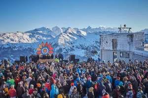 """Skiopenings im Salzburger Land: """"Rave on Snow"""" im Skicircus Saalbach Hinterglemm. Mit über 60 DJs auf 13 Floors und über 50 Stunden Party wird die Skisaison im Glemmtal von 12. bis 15. Dezember auch mit bebenden Bässen eingeläutet. Foto: saalbach.com, Daniel Roos"""