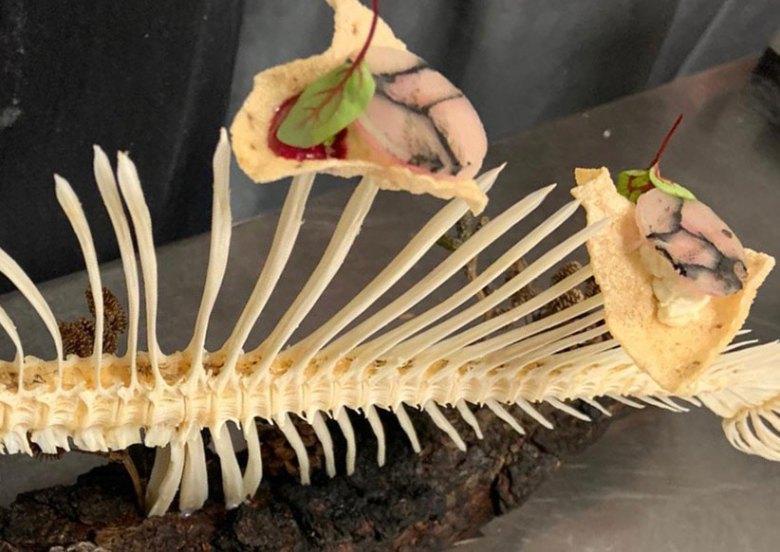 Durch Holzkohle marmorierter und mit Hummerbutter verfeinerter Hecht auf Sauerteig-Koralle. Foto: Hotel Das Seekarhaus