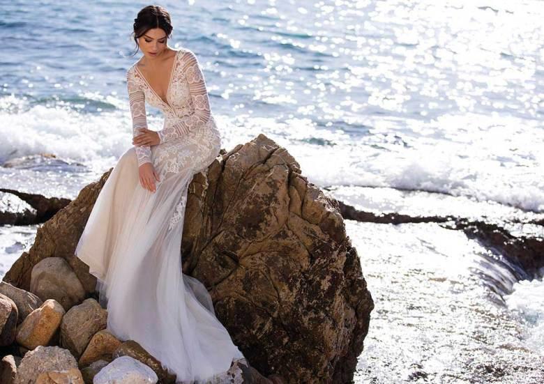 Hochzeitskleider im Boho-Stil, wie etwa das Modell Romulea aus der White One-Kollektion 2021, zählen zu den wichtigsten Brautkleider-Trends 2021. Foto: Pronovias