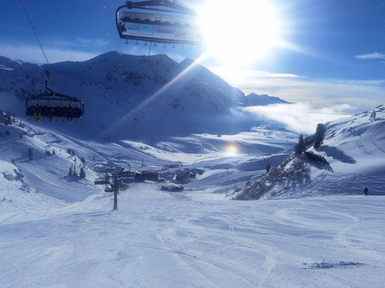 Leere Skipisten und wenige Menschen an den Liften trotz bester Pistenverhältnisse: So präsentiert sich Obertauern im Februar 2021.   Foto: Heidi Krings