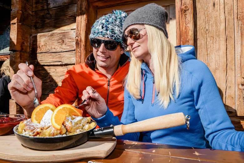Seinen Kaiserschmarrn (hier gibt es übrigens das herrliche Kaiserschmarrn-Rezept), Kasnocken und all die weiteren, beliebten Hüttenschmankerl kann man – abgesehen von den Take-Away-Möglichkeiten – frühestens Ende März 2021 auf manchen Terrassen Obertauerns genießen. Bis dahin heißt es für die österreichische Gastronomie weiterhin: Bitte warten! Foto: Tourismusverband Obertauern
