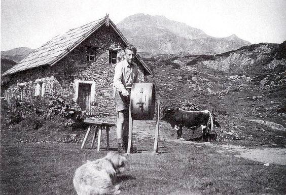 Im Sommer hieß es für Manfred, Gerhard (hier im Bild beim Butterrühren im Jahr 1956 vor der Knappenalm) und Theodor Krings abwechselnd Senn- und Hüterdienst in Obertauern zu verrichten. Foto: Krings