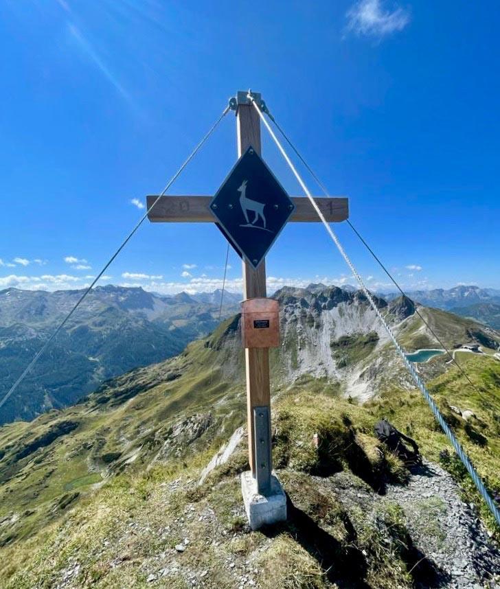 Das aus heimischem Lärchenholz gefertigte Gipfelkreuz auf der Gamsleitenspitze. Foto: Florian Modl