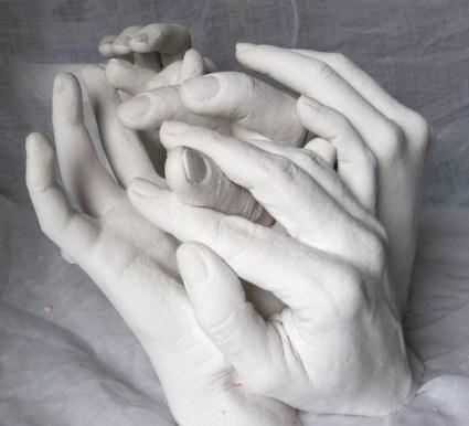 Gipsabformungen von Händen einer Familie